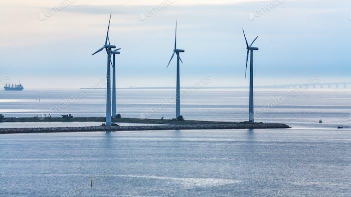 Turbinen auf dem Boden des Offshore-Windparks