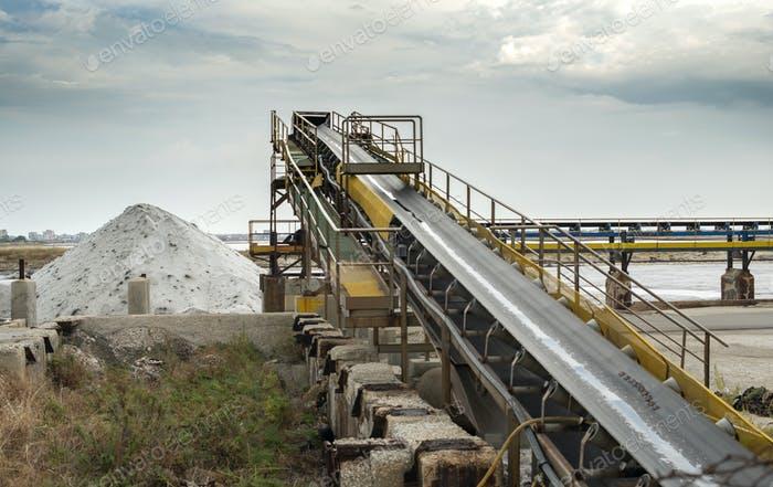 Equipment for the extraction of salt from the sea