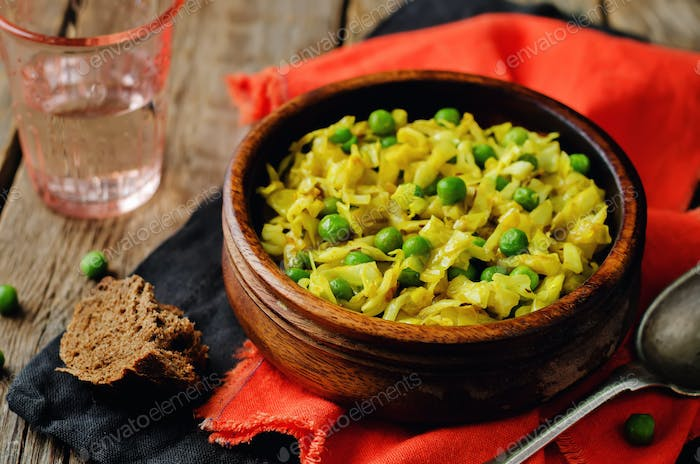 Spicy cabbage with green peas