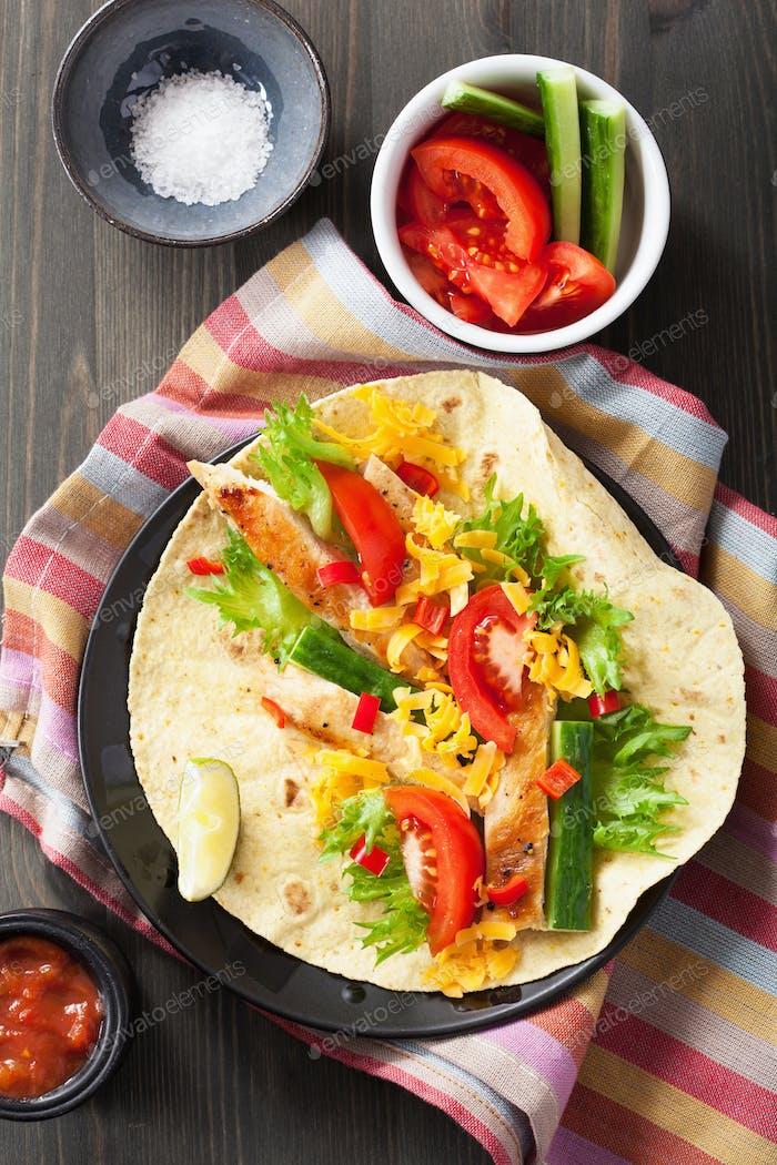 mexikanische Tortilla mit Hähnchenbrust und Gemüse