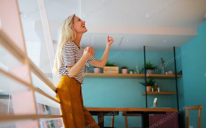 Schöne junge glücklich fröhlich Frau genießen ihre Zeit und Freiheit