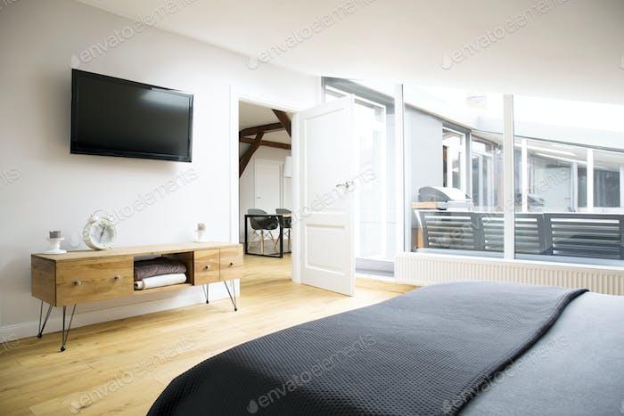 TV und Schrank in der Wohnung