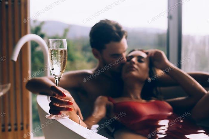 Paar genießen ein Bad mit Champagner