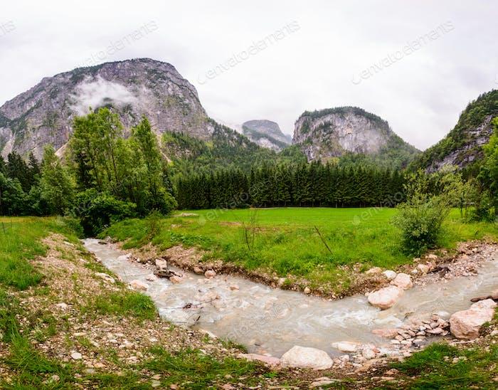 Река в весенний сезон