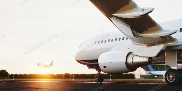 Weißes kommerziell Flugzeug