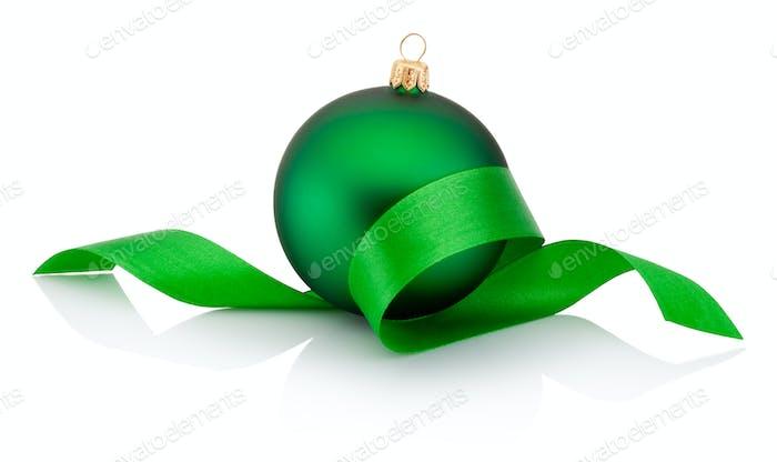 Grüne Weihnachtskugel bedeckt mit gewelltem Band Isoliert auf wh