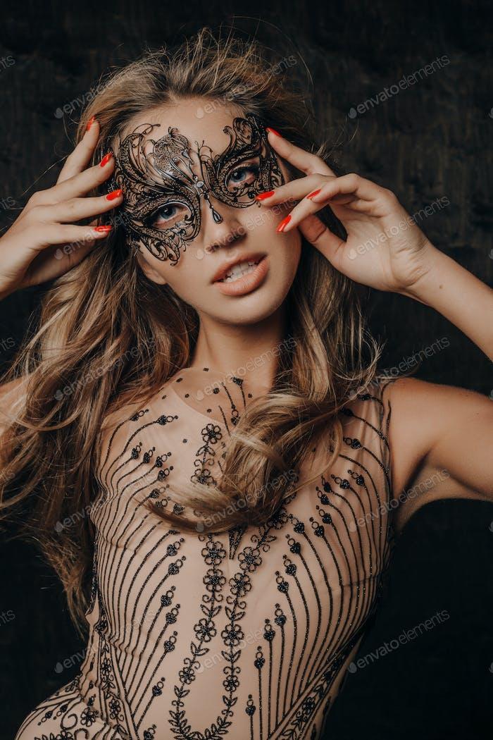 schöne Frau in Karnevalsmaske