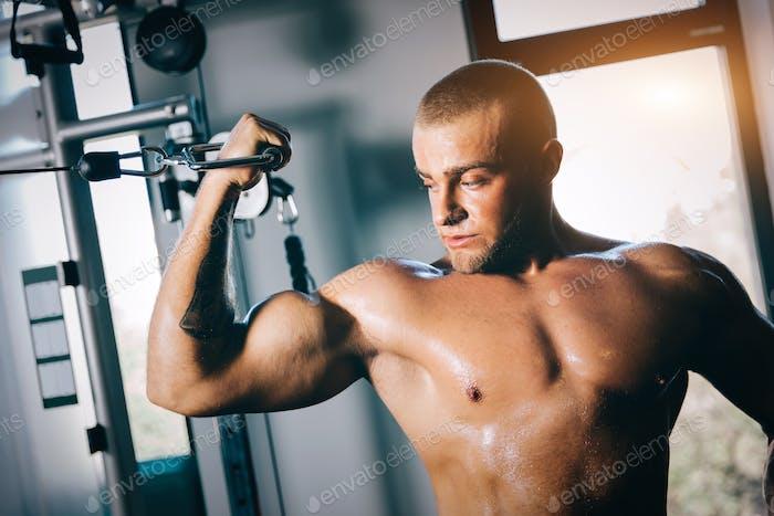 Сильный человек затягивает мышцы