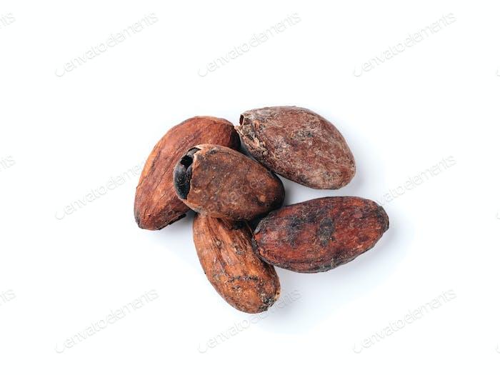 Rohe Kakaobohnen isoliert weiß