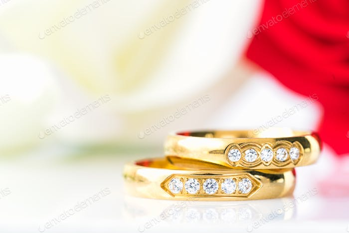 Close up Red roses and gold rings on white_-13