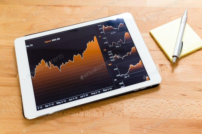 Digitales Tablet mit linearem Graphen und Notizstift