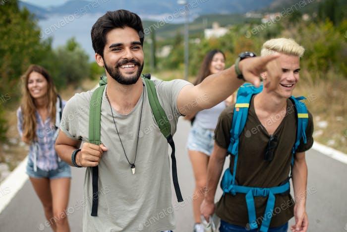 Glückliche Hipster Gesellschaft von Freunden, die um die Welt reisen
