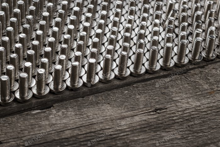 Schrauben auf dem Holztisch