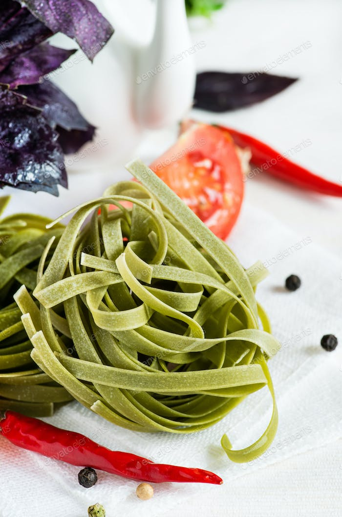 Spinach pasta with tomatoes, herbs and spices