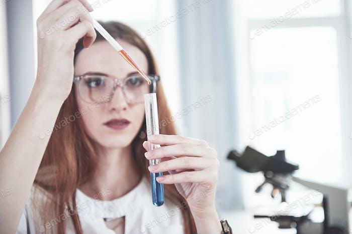 Эксперименты в химической лаборатории. Эксперимент был проведен в лаборатории в прозрачном