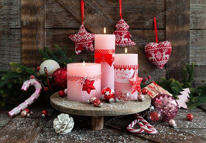 Kerzen und festliche Dekorationen für Weihnachten