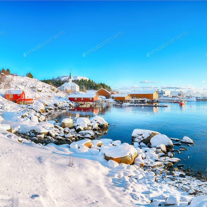 Atemberaubende Winterlandschaft des Dorfes Moskenes mit Fährhafen und berühmter Moskenes Gemeinde Churc