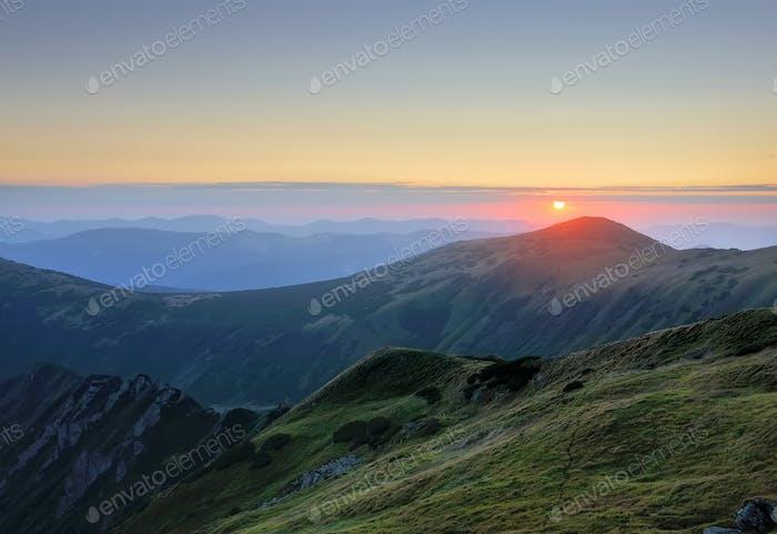 Majestätischer Sonnenaufgang in der Berglandschaft. Karpaten, Ukraine