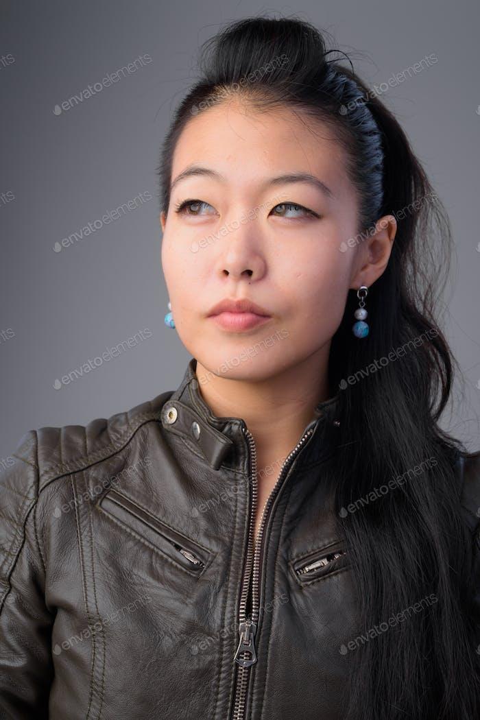 Gesicht der schönen asiatischen rebellischen Frau denken und schauen nach oben