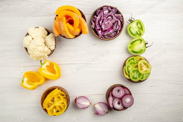 vista superior verduras picadas cortadas col roja cortada calabaza corte amarillo pimientos cortados cebolla cortada verde