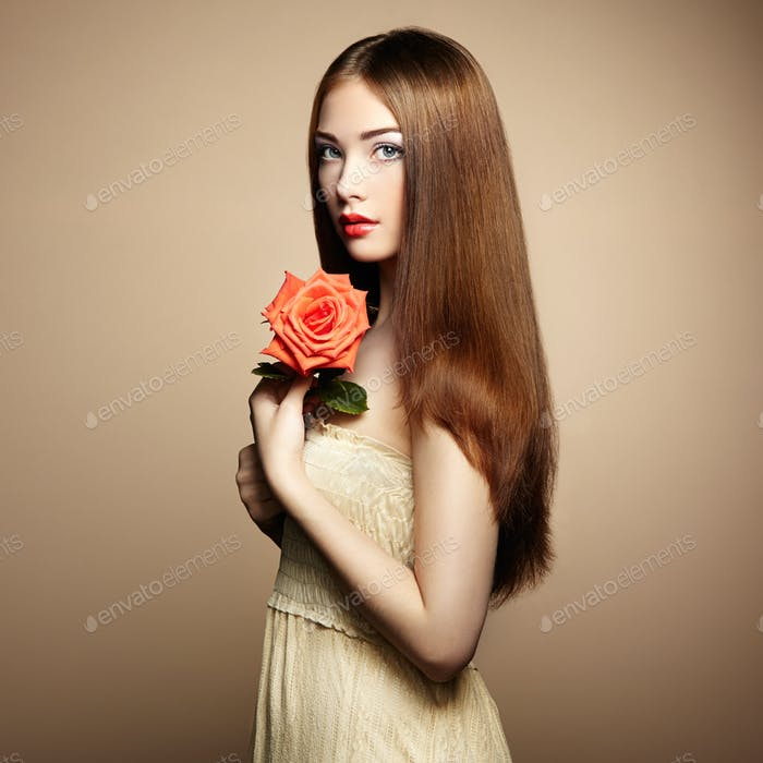 Porträt von schönen dunkelhaarigen Frau mit Blumen