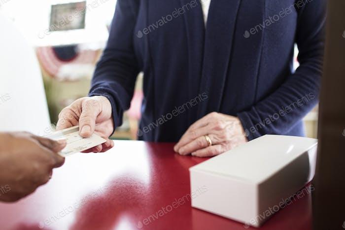 Nahaufnahme der Kreditkartentransaktion erfolgt an einer Kasse.