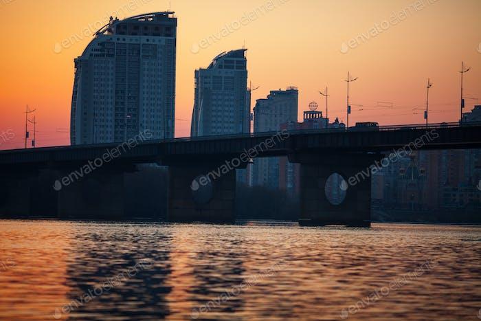 Sonnenuntergang über Brücke