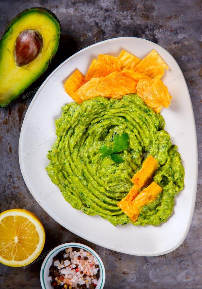 Avocado, Gemüse.Guacamole ist eine traditionelle mexikanische Sauce mit Nachos.
