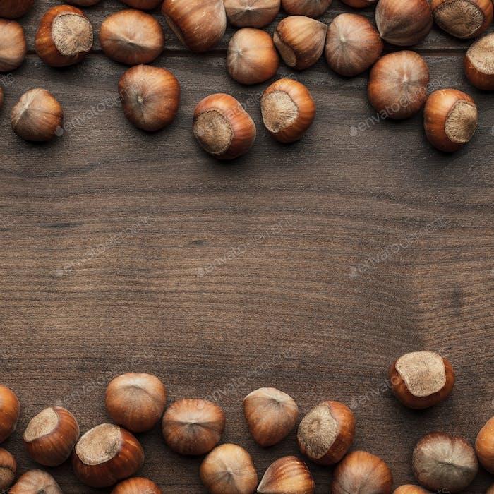 Avellanas en la mesa De madera marrón