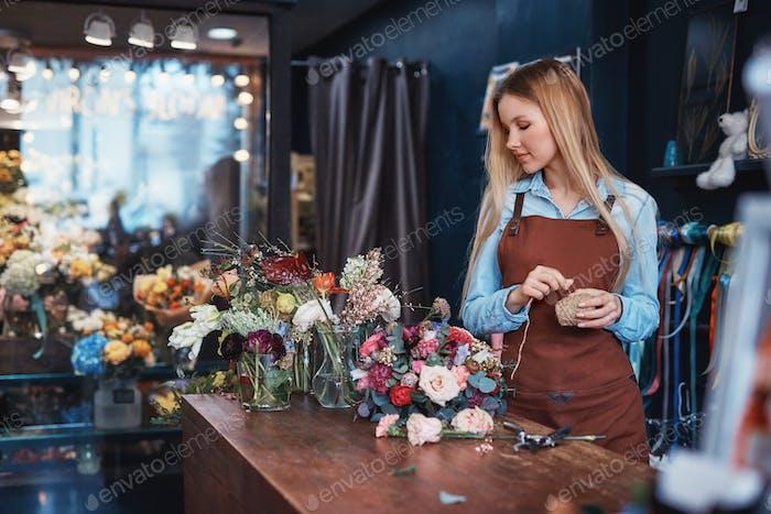 Junger Florist in einer Schürze