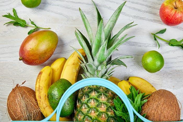 Einkaufstasche mit biologischen exotischen Früchten auf weißem Hintergrund.