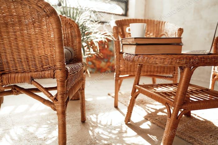 Wohnzimmer für Arbeit und Bildung mit Bambusmöbeln