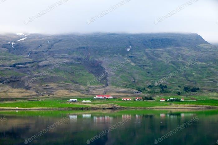 Fiordo brumoso en Islandia