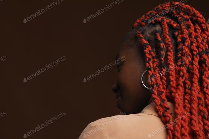 Молодая африканская женщина с плетеными волосами