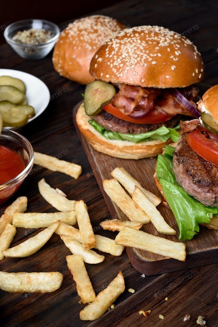 Patatas fritas y hamburguesas