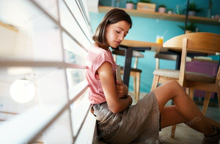 Porträt von hübschen Studenten oder Geschäftsfrau in smart casual mit digitalem Tablet
