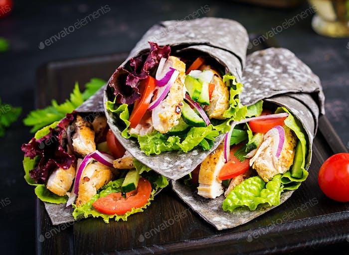 Tortilla mit Tinte Tintenfisch Wraps mit Huhn und Gemüse