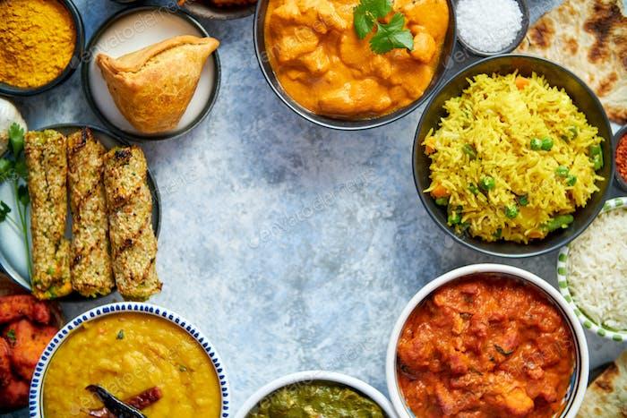 Verschiedene indische Lebensmittel auf Steinhintergrund. Gerichte der indischen Küche