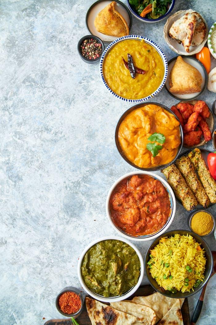 Zusammensetzung der indischen Küche in Keramikschalen auf Steintisch
