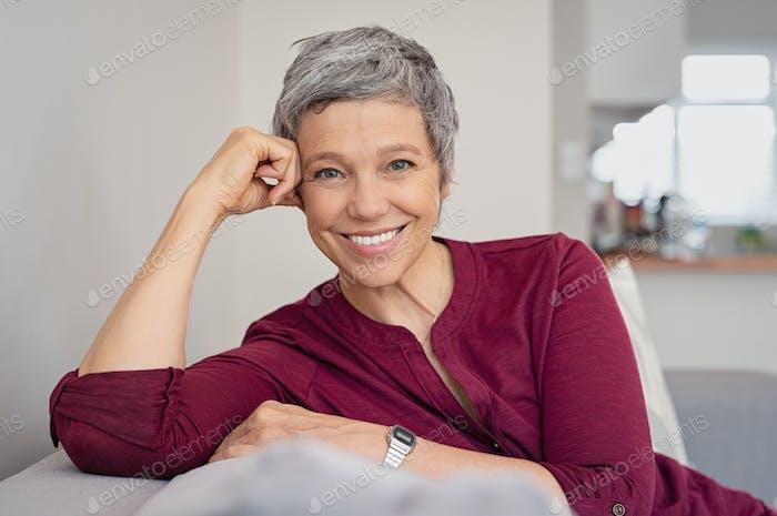 Glückliche Senior Frau auf Couch