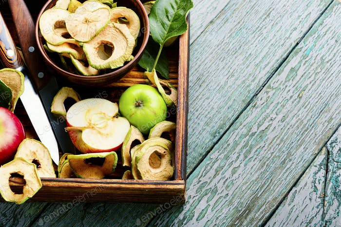 Apple chips with fresh apples