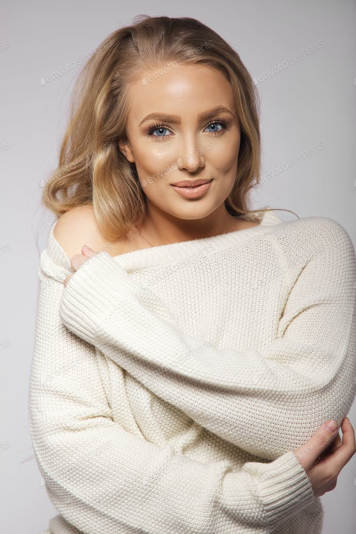 Young caucasian woman posing in oversized sweater