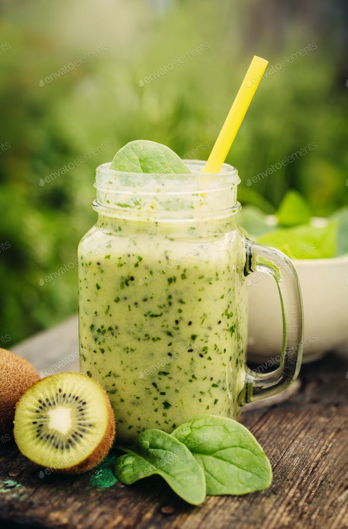 Smoothie with spinach and kiwi