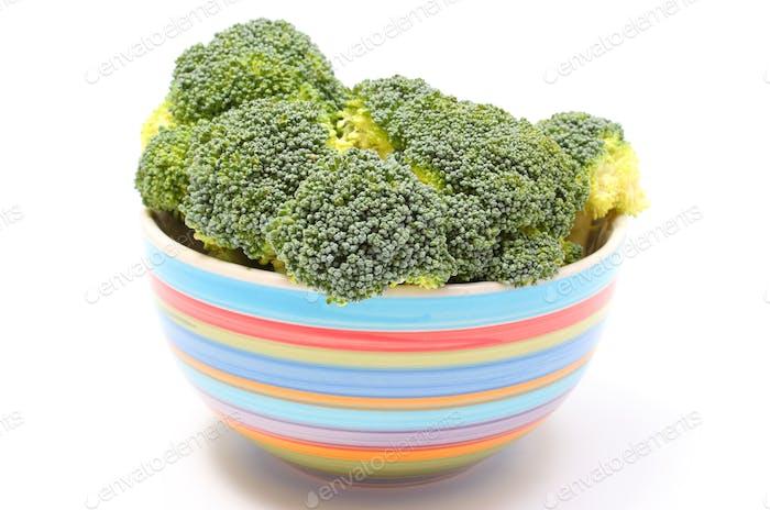 Frischer grüner Brokkoli in bunten Schüssel weißem Hintergrund