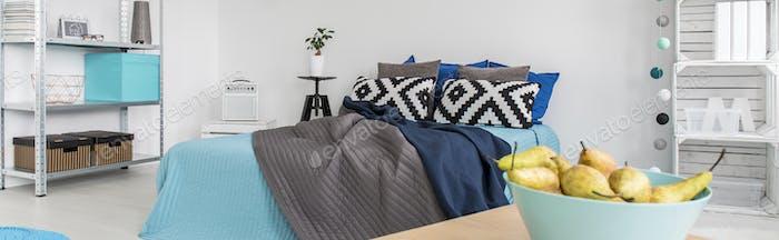 Modernes Schlafzimmer mit blau dekoriert