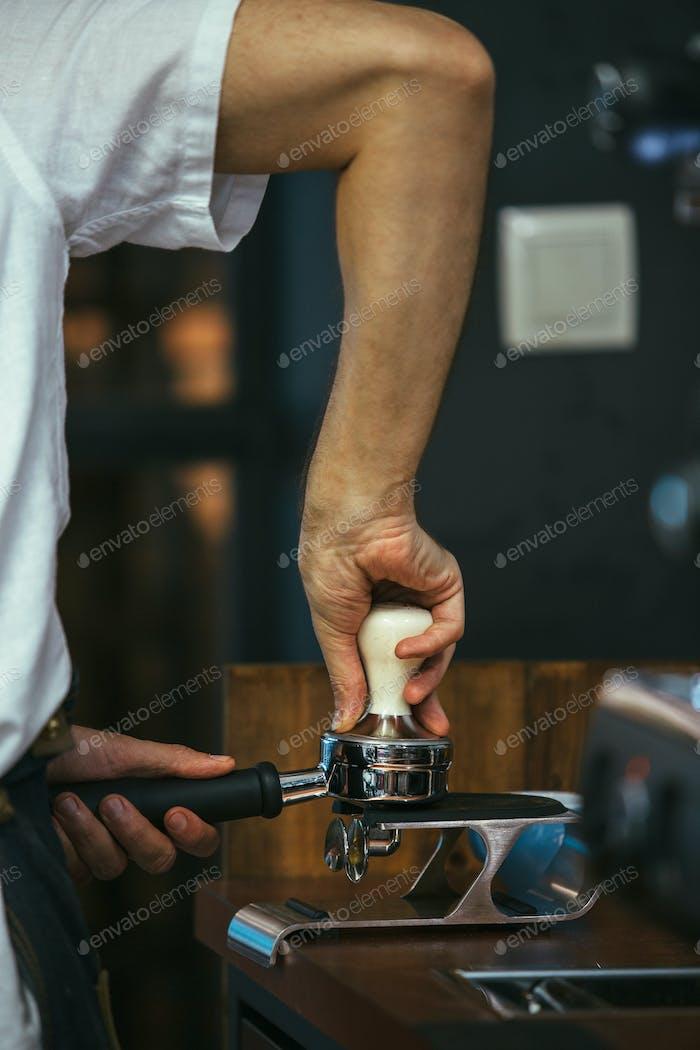 Barista Pressen gemahlenen Kaffee mit Manipulationsgerät