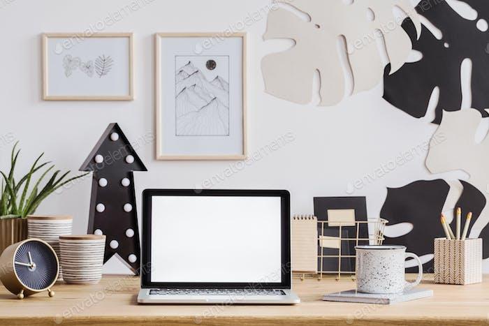 Ordenador portátil en el escritorio