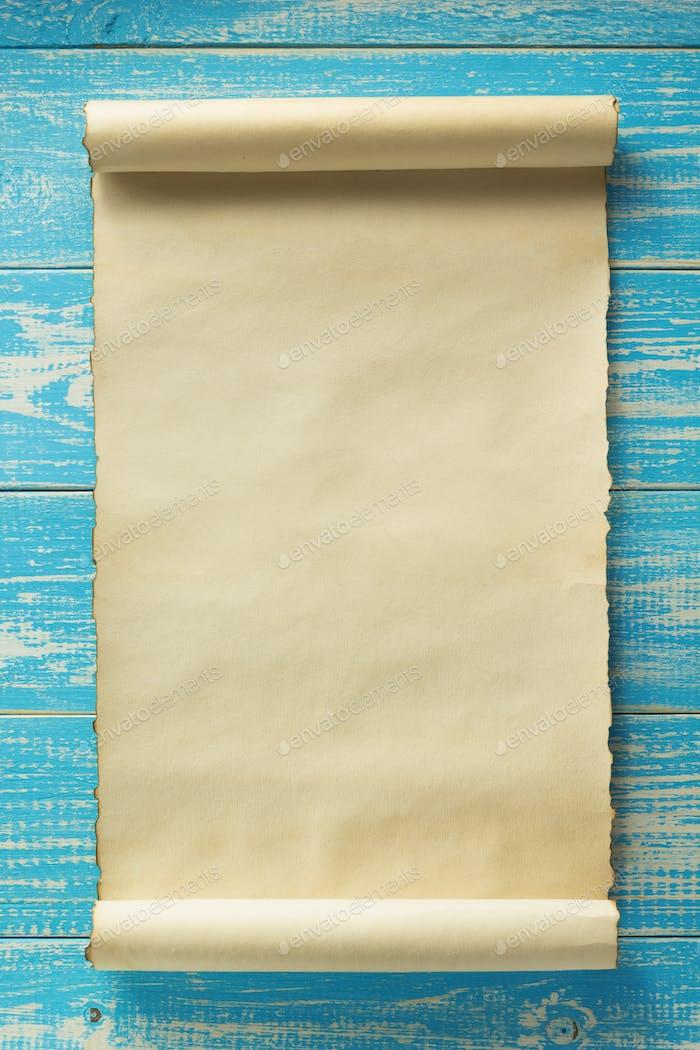Pergament Schriftrolle auf Holz