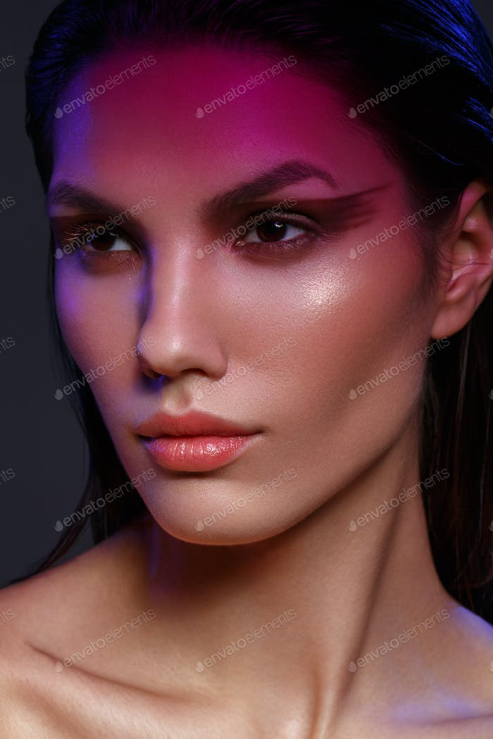 девушка с этническим макияжем