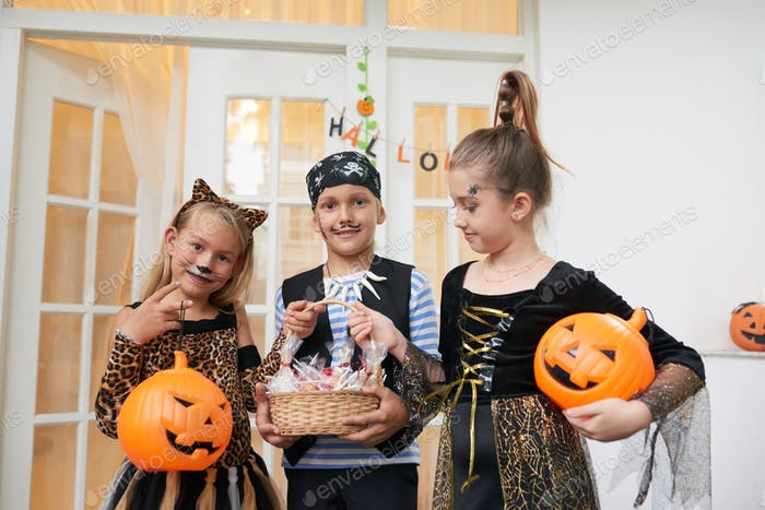 Kinder auf Halloween-Party